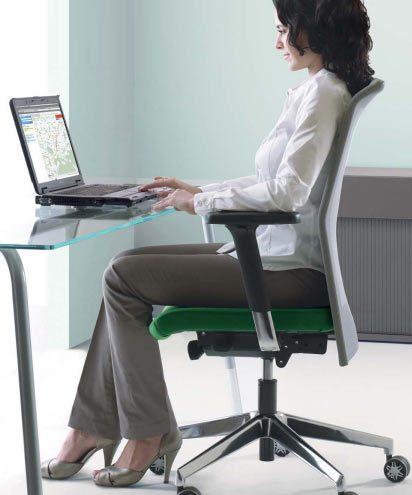 Richtig Sitzen: Das sogenannte dynamische Sitzen hilft dabei, eine gesunde, aufrechte Sitzhaltung einzunehmen