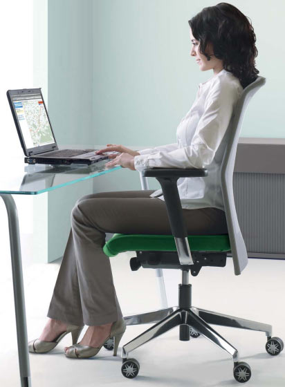 Dynamisches Sitzen: Hier die aufrechte Sitzhaklung