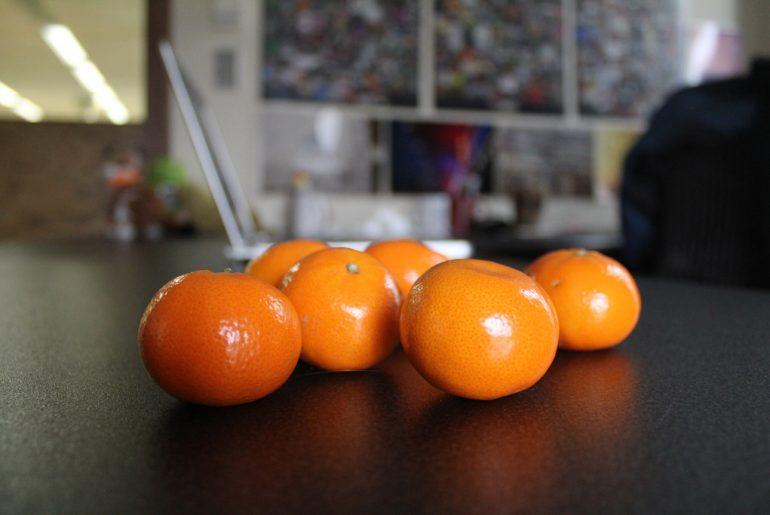 Mandarinen auf dem Bürotisch
