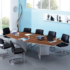 Ein Konferenzraum mit Tisch in Bootsform