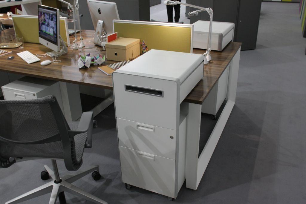 Beispiel für einen Schreibtisch mit Rollcontainer
