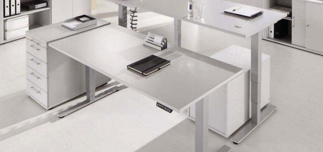 Ansicht zweier elektrisch höhenverstellbarer Schreibtische
