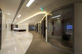 Modernes Office mit unterschieldichen Bodenbelägen