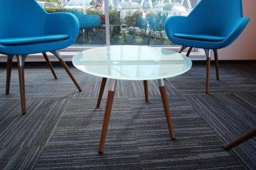 Glastisch mit Holzgestell