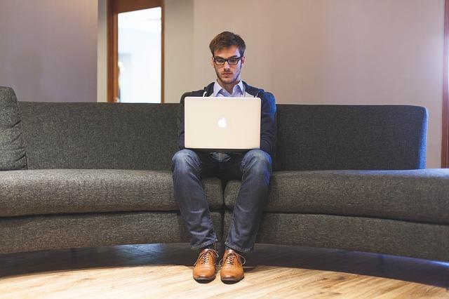Schlechtes Beispiel: Laptop auf den Beinen