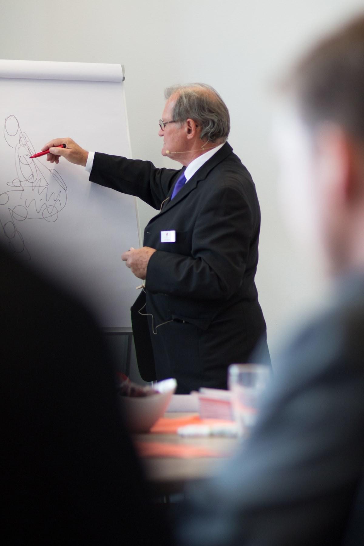 Pencilseller Peter H. Geissler erklärt die Folgen des falschen Sitzens