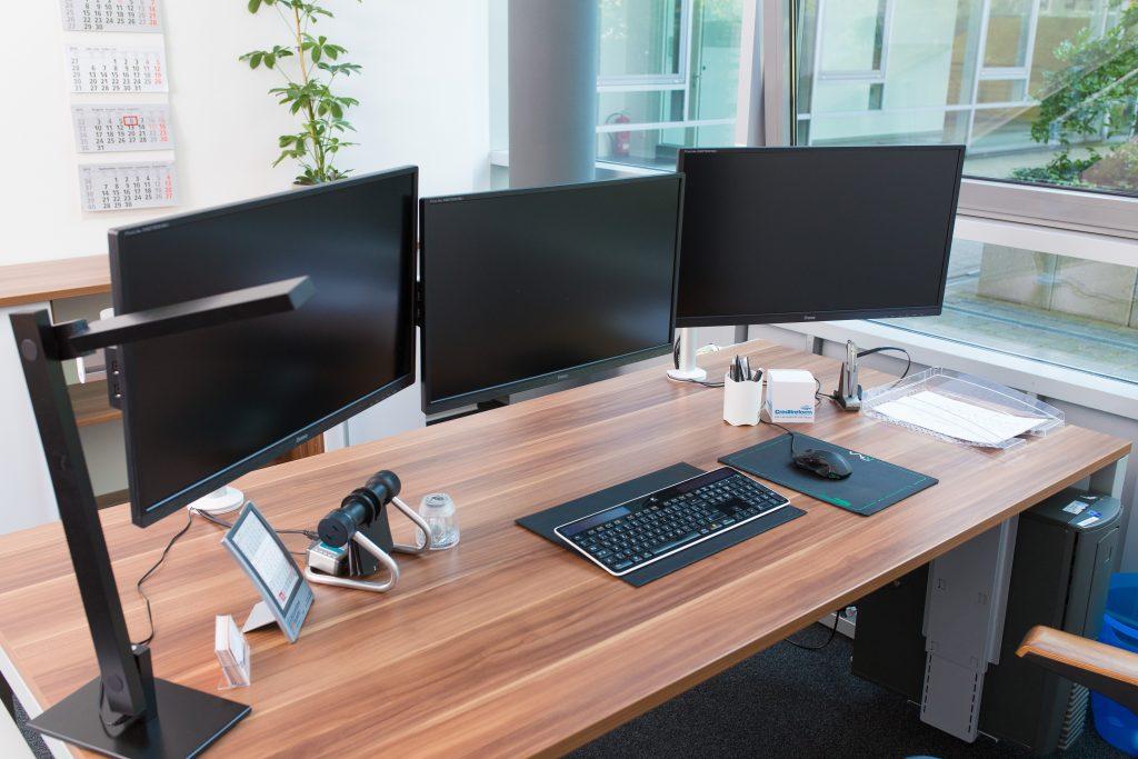 3 Bildschirme = Größerer Tisch