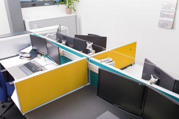 Teamarbeitsplatz mit mehreren Monitoren