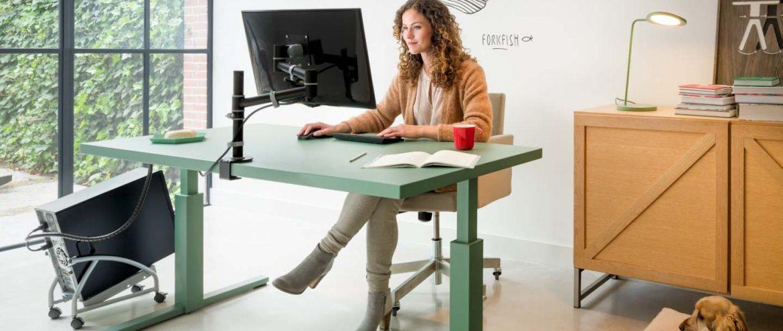 Schreibtisch seitlich zum Fenster ausgerichtet