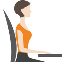 Korrekte Sitzhaltung auf dem Bürostuhl: Unterarme liegen locker auf der Tischplatte