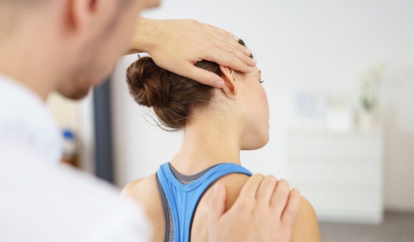 Physiotherapeut behandelt eine Patientin mit Nackenschmerzen contrastwerkstatt / Fotolia.com