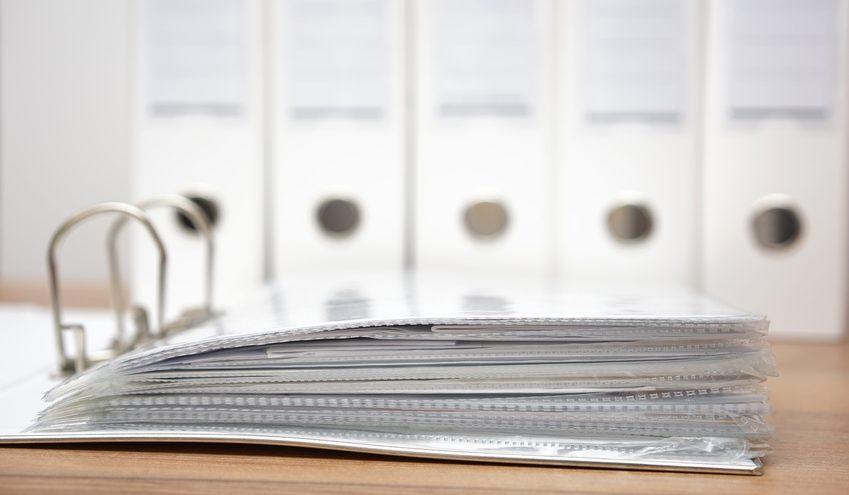 Ordentliches Ablagesystem: Ordner im Büro