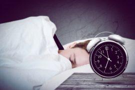 Wer weiß, dass ein langer Arbeitstag bevorsteht, sollte sich noch mehr um guten Schlaf am Vorabend bemühen. / Foto: lassedesignen / fotolia.com