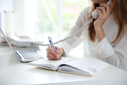 Telefonieren im Büro - Tipps und Tricks. / Foto: Africa-Studio / Fotolia.com