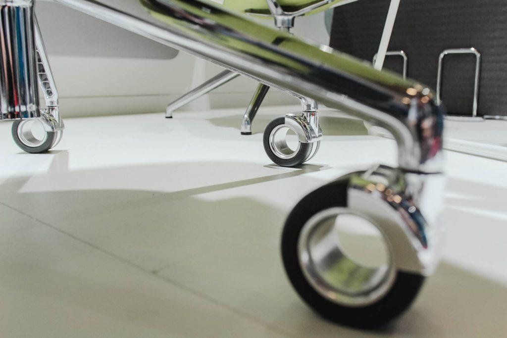 Damit ein Bürostuhl ideal über den jeweiligen Fußbodenbelag rollen kann, sollten die passenden Rollen gewählt werden.