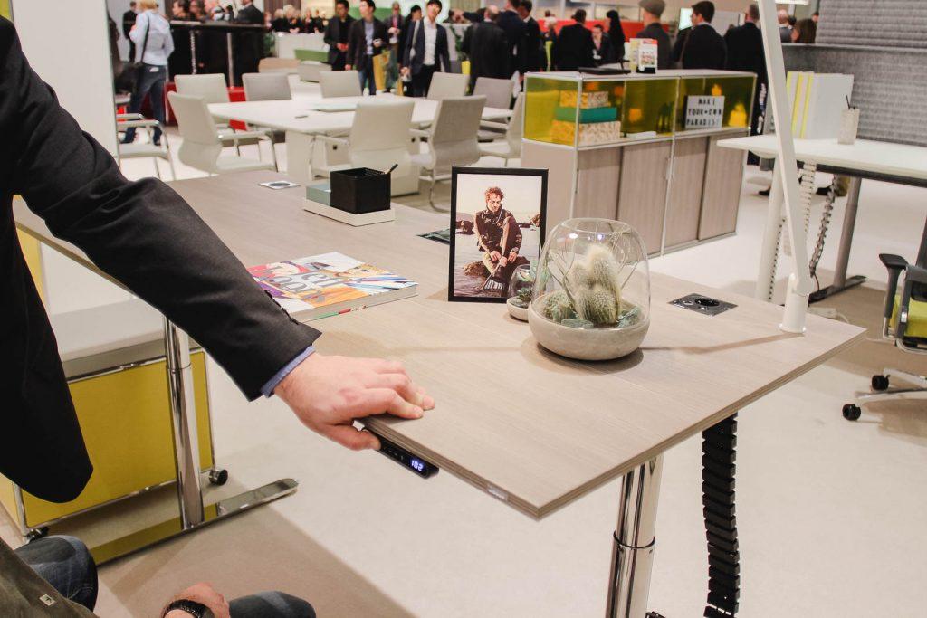 Orgatec 2016: Mathias verstellt einen Tisch in der Höhe