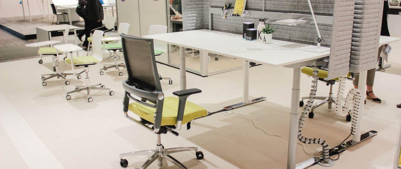 Ein Steh-Sitz-Schreibtsich
