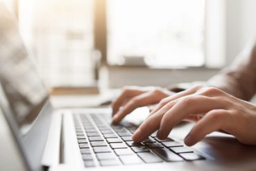 Wenn man den Überblick über die Arbeit verliert oder diese einem über den Kopf wächst, sollte eine Aufgabenliste erstellt werden. / Foto: Boggy / fotolia.com