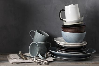 Büroküche sauber halten: Regeln für die Büroküche sind extrem wichtig. Dank Putzplan, sollten solche Geschirrstapel der Vergangenheit angehören. / Foto: svl861 / fotolia.com