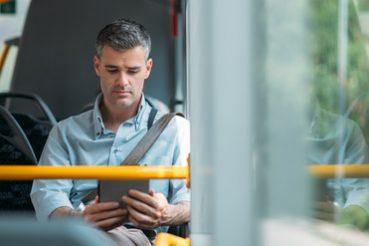 Buch lesen im Bus