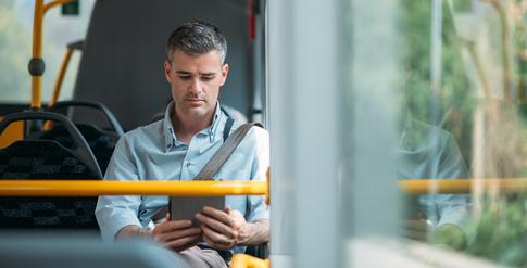 Für viele Arbeitnehmer ist der Arbeitsweg während des Berufsverkehrs mit großem Stress verbunden. / Foto: stokkete / Fotolia