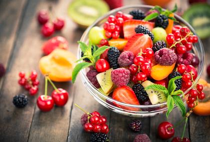 Greifen Sie zu Gemüsesticks, Obstsalaten oder anderen leichten Kleinigkeiten. / Foto: pilipphoto / fotolia.com