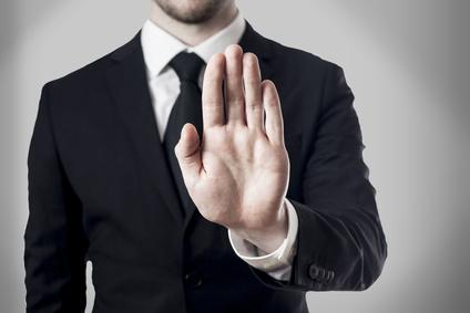Chef weist Angestellten an aufzuräumen
