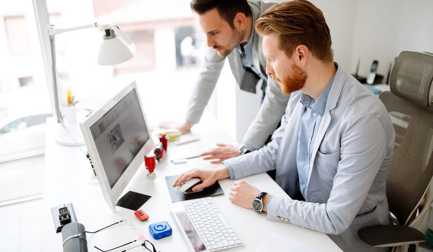 Reduzieren Sie Dekoelemente auf dem Schreibtisch auf ein Minimum, damit Sie ausreichend Platz zum Arbeiten haben. / Foto: nd3000 / fotolia.com