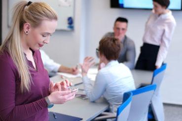 An einem normalen Tag im Büro ist die Zahl der möglichen Ablenkungen immens. / Foto: .shock / fotolia.com