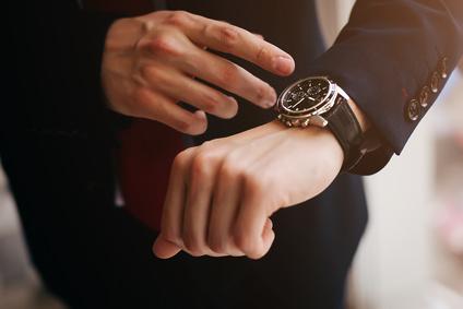 Auf die Uhr schauen. / Foto: moshbidon / Fotolia.com