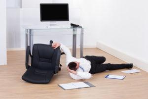 Wer dauerhaft eine falsche Sitzhaltung am Schreibtisch einnimmt und dadurch seinen Körper auf einer Seite überbelastet, kann gesundheitliche Schäden davontragen. / Foto: Andrey Popov / fotolia.com