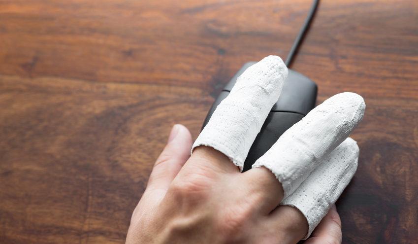Sollte sich ein Unfall im Büro ereignen, ist es wichtig dem Arbeitnehmer umgehend medizinische Versorgung zur Seite zu stellen. / Foto: M.Dörr & M.Frommherz / fotolia.com