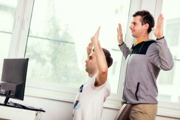 Patrik Ruhdorfer (re.) zeigt die passenden Übungen fürs Büro