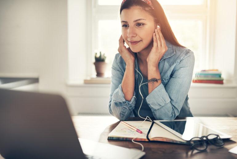 Der Arbeitnehmer, der seine Arbeit konzentriert, zügig und fehlerfrei verrichtet, erfüllt seine Arbeitspflicht, auch wenn er daneben Radio hört. / Foto: UBER IMAGES