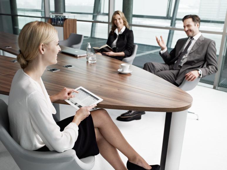 fast alle Schreibtische und Konferenzbereiche sind melaminharzbeschichteten Platten ausgestattet