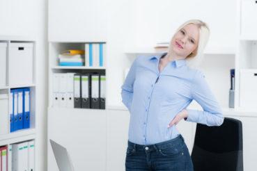 Experten raten dazu, auch im Büroalltag ausreichend Bewegung einzubringen. / Foto: Picture-Factory / fotolia.com