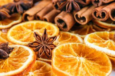 Für einen schönen Duft im Raum sorgen auch frische Orangen und Zitronen, die mit Nelken gespickt ideal als Weihnachtsdeko beigelegt werden können. / Foto: karepa / fotolia.com