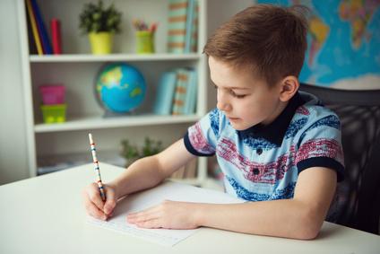 Rückengerechter Schreibtisch für Kinder