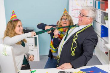 Schneiden Sie Ihrem Chef die Krawatte ohne vorherige Einwilligung ab, fällt dies in erster Linie in den Bereich von Eigentumsverletzung und Schadensersatzforderungen! / Foto: Picture-Factory / fotolia.com