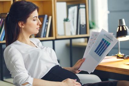 Schwangere arbeitet im Büro