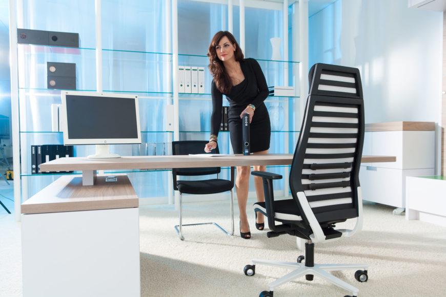 Kunststoffe finden sich vor allem an den Stühlen und bei den Gestellen