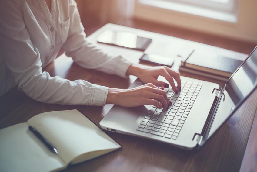 Displaygrößen Notebook: Beim Home Office und Büro-Laptop sollte neben der Displaygröße auch auf ein entspiegeltes Display geachtet werden