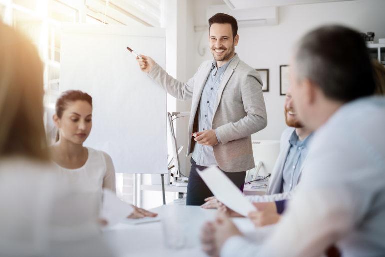 Foto zeigt eine Führungskraft bei einem Meeting
