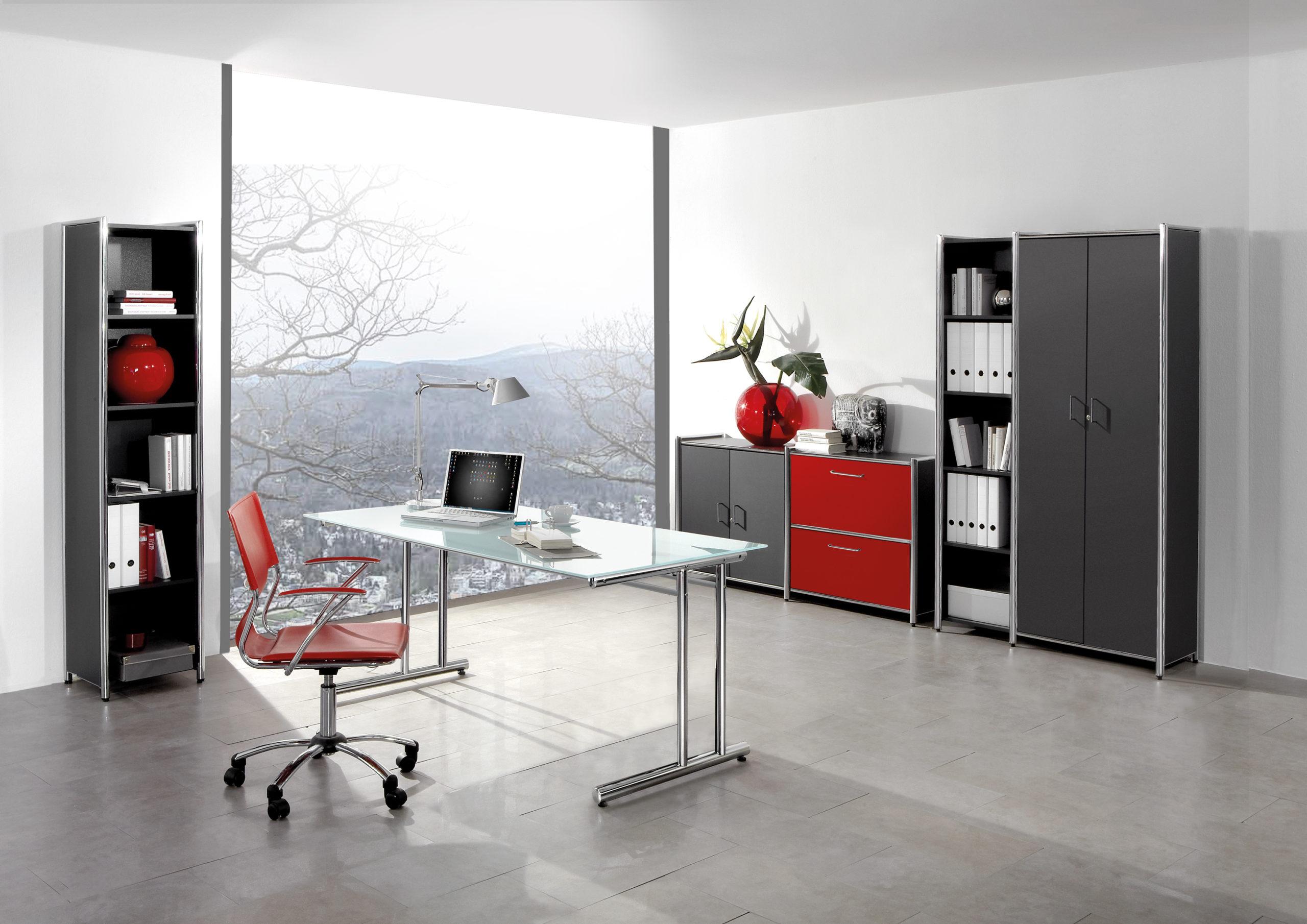 Home-Office einrichten: Wir empfehlen, den Schreibtisch seitlich neben das Fenster zu stellen