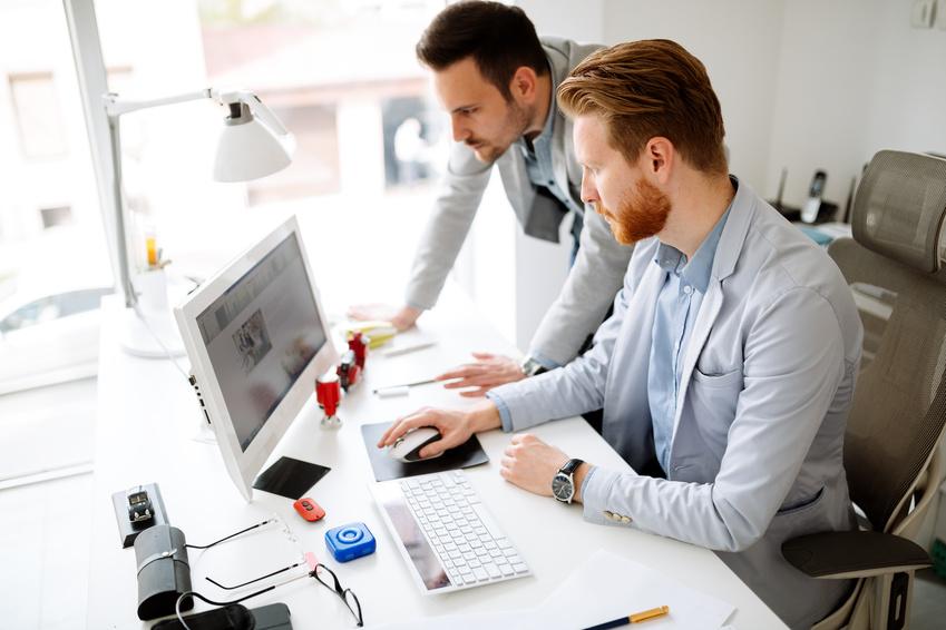Ein Mitarbeiter sagt einem anderen Mitarbeiter, was er tun soll, obwohl er nicht Weisungsbefugt ist