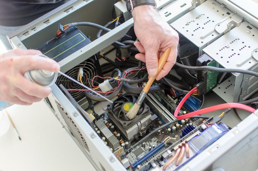 PC reinigen mit Druckluft und Pinsel