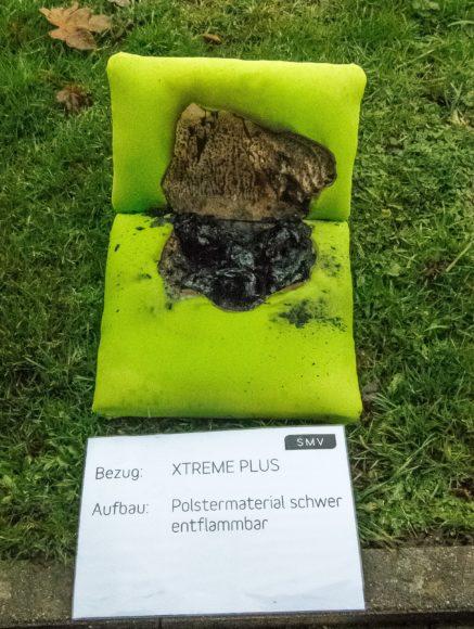 Schwer entflammbare Büromöbel: So sieht die geringe Ausbreitung bei einem Papierkissentest aus, so dann ist das Produkt schwer entflammbar.