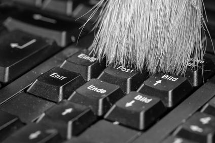Tastatur wird mit einem Pinsel geputzt